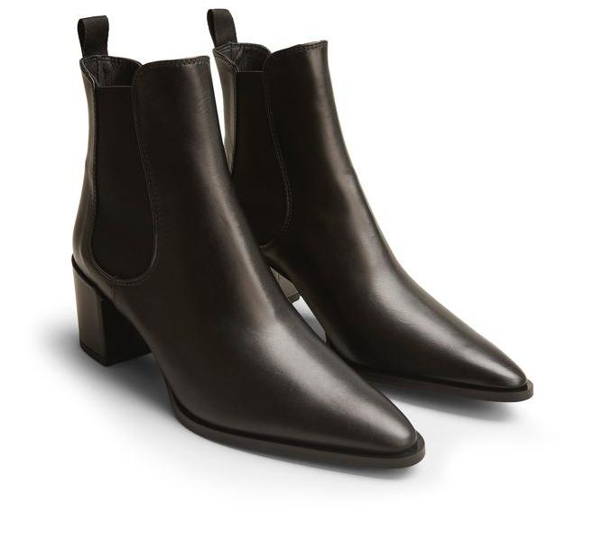 Svarta spetsiga boots till skogarderoben