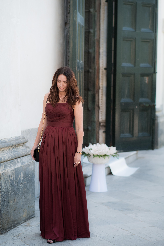 röd klänning på bröllop
