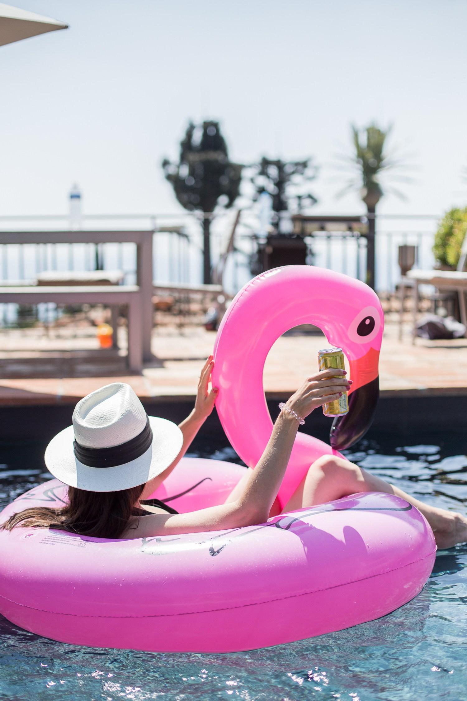 Poolhäng med vännerna i Super Cannes