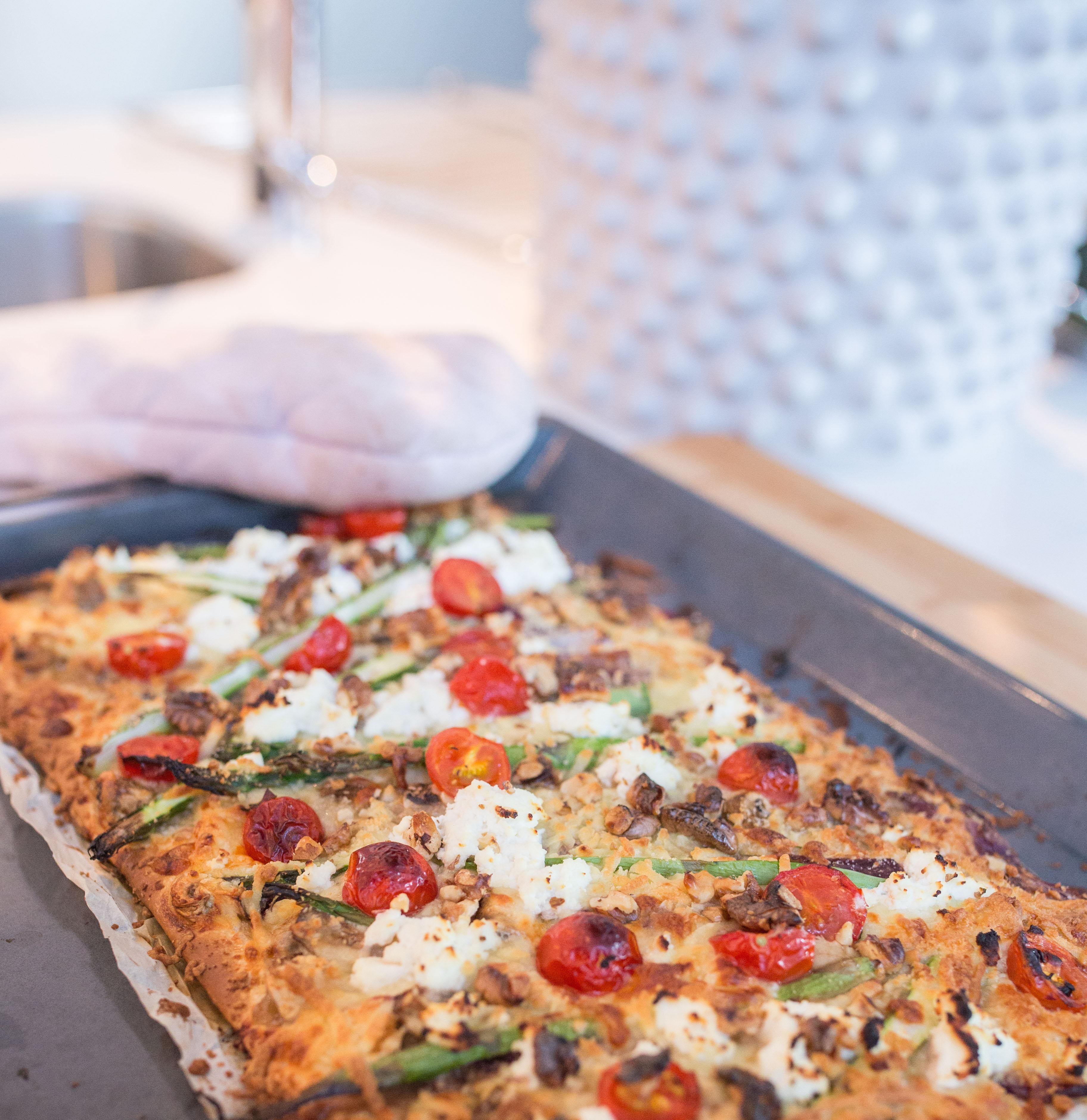 Vegetarisk pizza med sparris och svamp