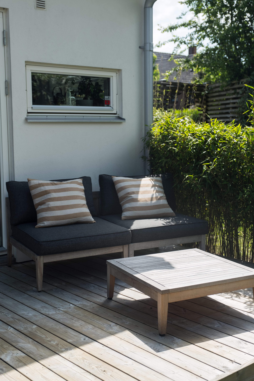 Moderna loungemöbler i trädgården